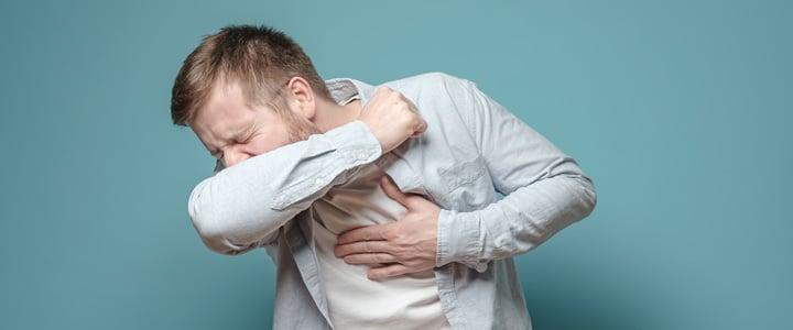 Ante la pandemia de coronavirus, es importante seguir las medidas de higiene correctas, como estornudar en la parte interior del codo.